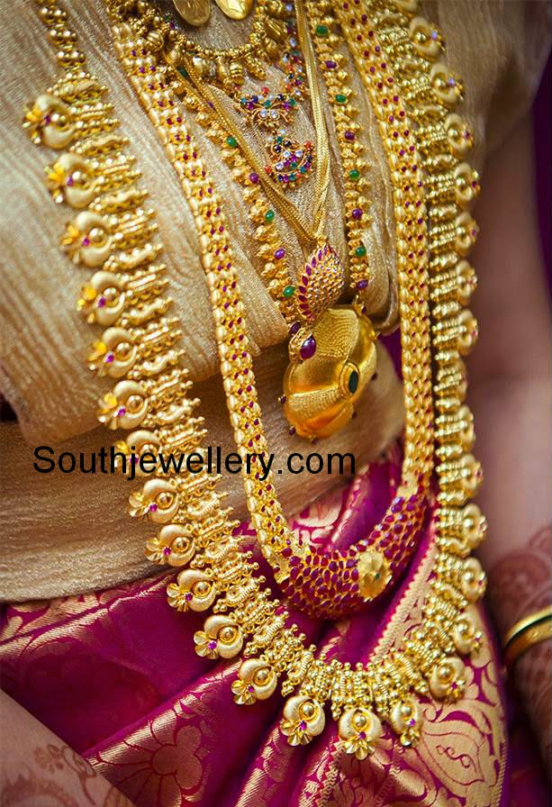brides in gold jewellery