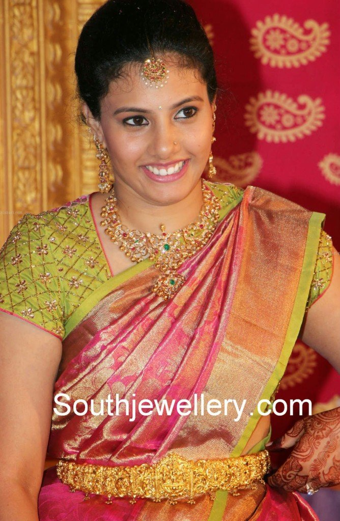 Celebrity In Pacchi Necklace Set And Gold Vaddanam