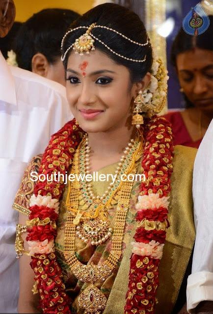 bride in beautiful gold jewellery