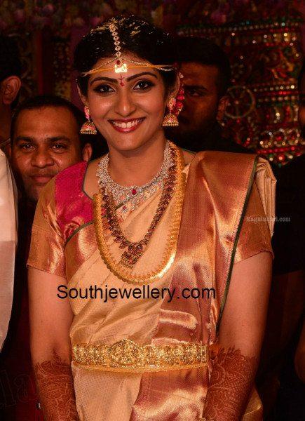 allari_naresh_wife_virupa_jewellery