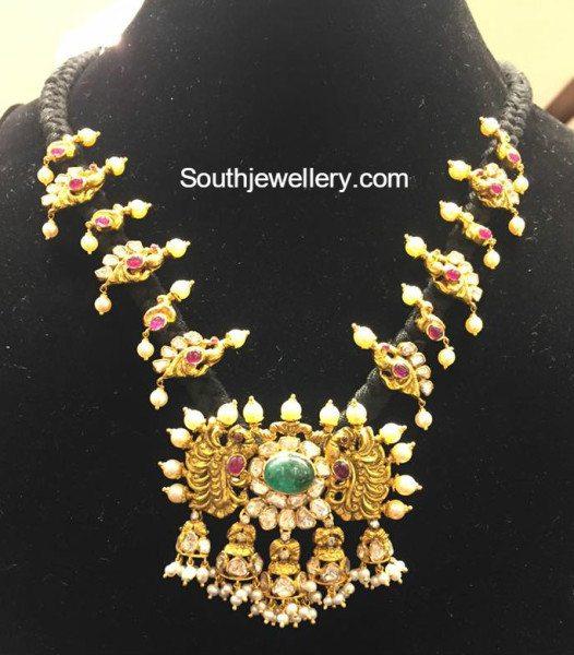 Black_thread_necklace