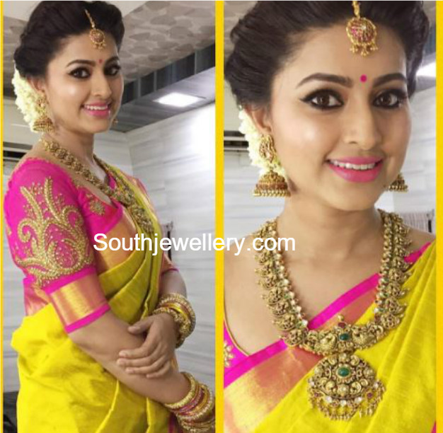Sneha Wedding Hairstyle: Sneha In Antique Gold Mango Mala And Jhumkas