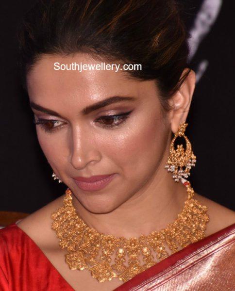 deepika padukone in gold necklace