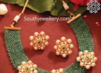 beads necklace with floral motifs