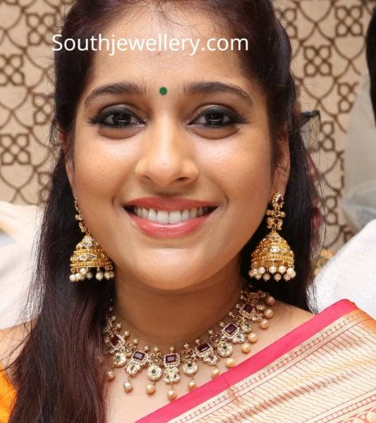 rashmi gautam peacock necklace and jhumkas
