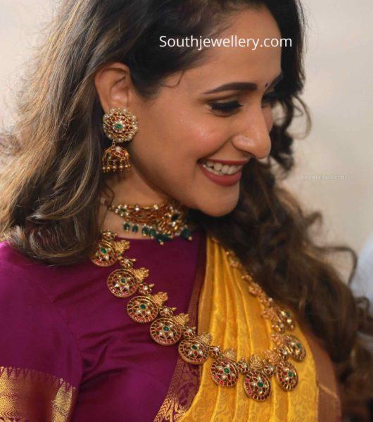 pragya jaiswal in kundan choker and bottu mala by hiya jewellery (1)