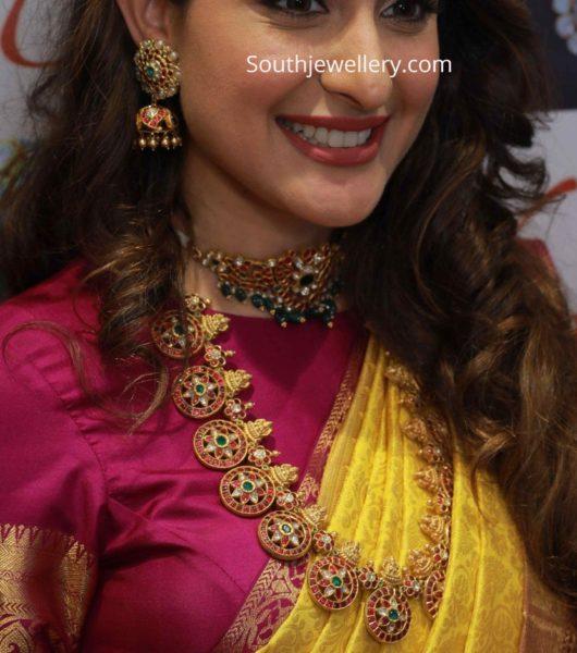 pragya jaiswal in kundan choker and bottu mala by hiya jewellery (2)