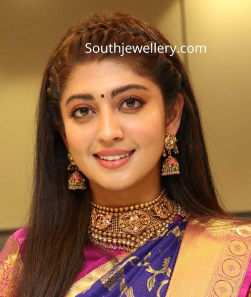 pranitha subhash in gold jewellery kalasha fine jewels (2)