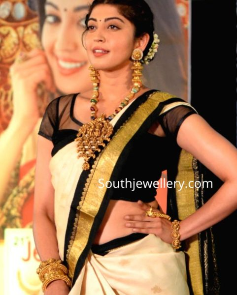 pranitha subhash temple jewellery