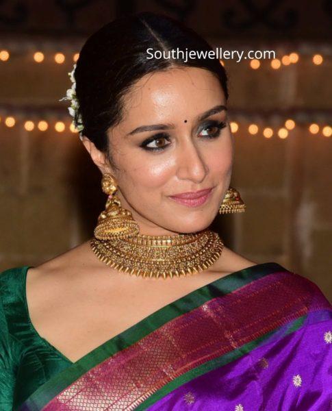 shraddha kapoor gold choker and jhumkas diwali party (2)