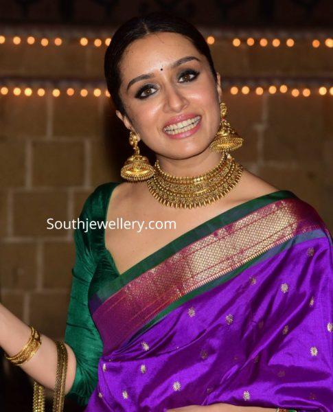 shraddha kapoor gold choker and jhumkas diwali party (4)