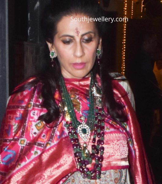 sunita kapoor in emerald jewellery (1)