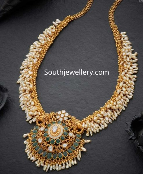 peARL NECKLACE WITH EMERALD PENDANT