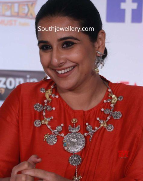 vidya balan in silver necklace