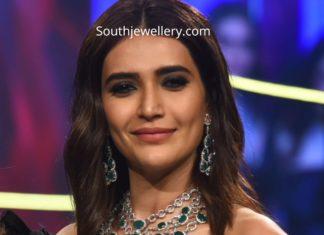 karishma tanna in diamond emerald necklace