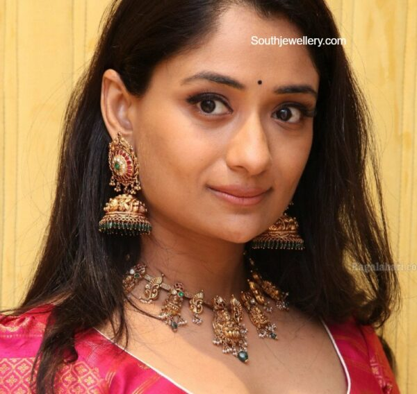 sandhya raju in gold jewellery